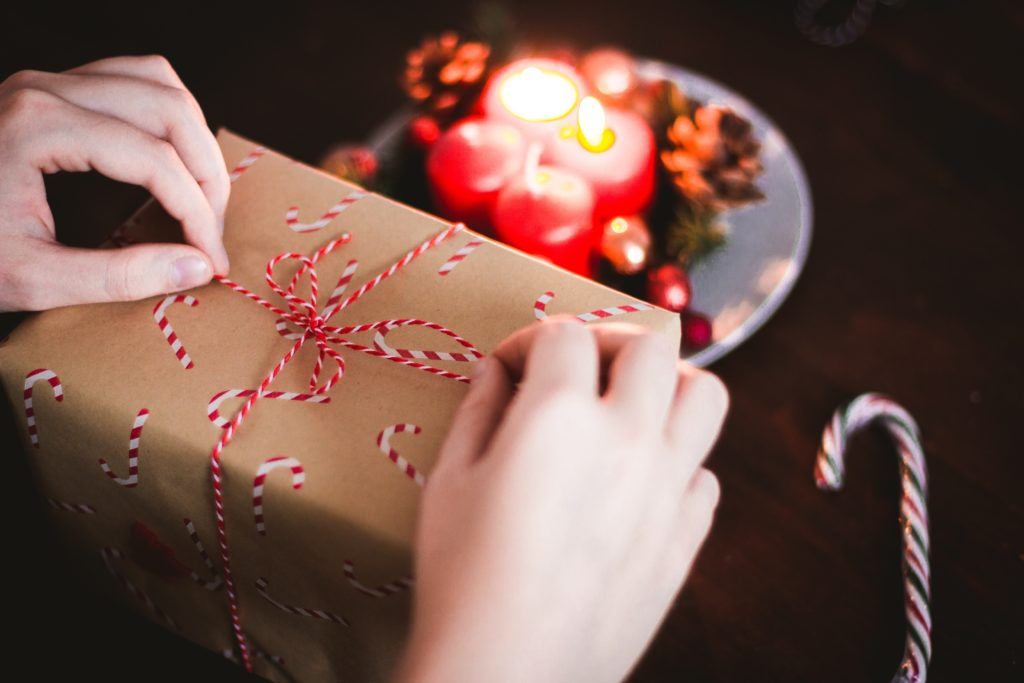 Someone wraps a gift with eco-friendly supplies.