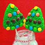 Super Easy Rice Krispies Christmas Tree Lollipops. #TreatsForToys