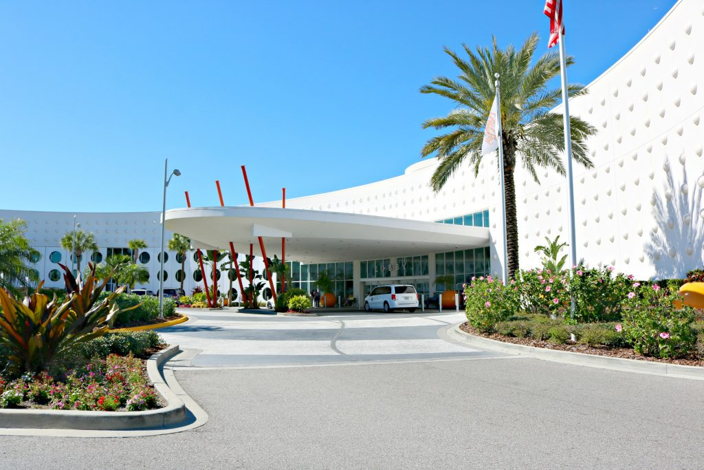 The front entrance of Cabana Bay Beach Resort.
