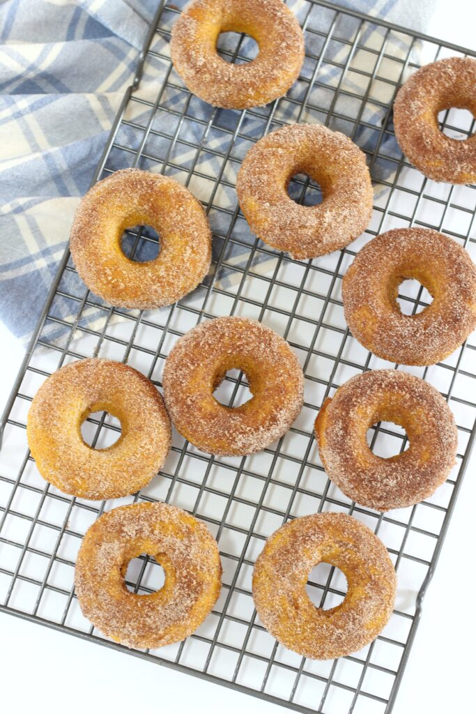 Fall is in the air and you if are anything like me, fall time is pumpkin spice everything time. Try these easy delicious baked pumpkin spice donuts! #recipes #pumpkinspice #donuts