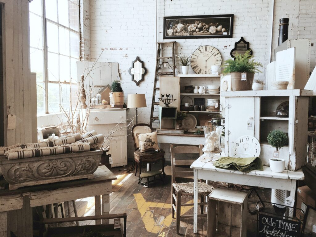 A room full of gorgeous antiques and antique furniture.